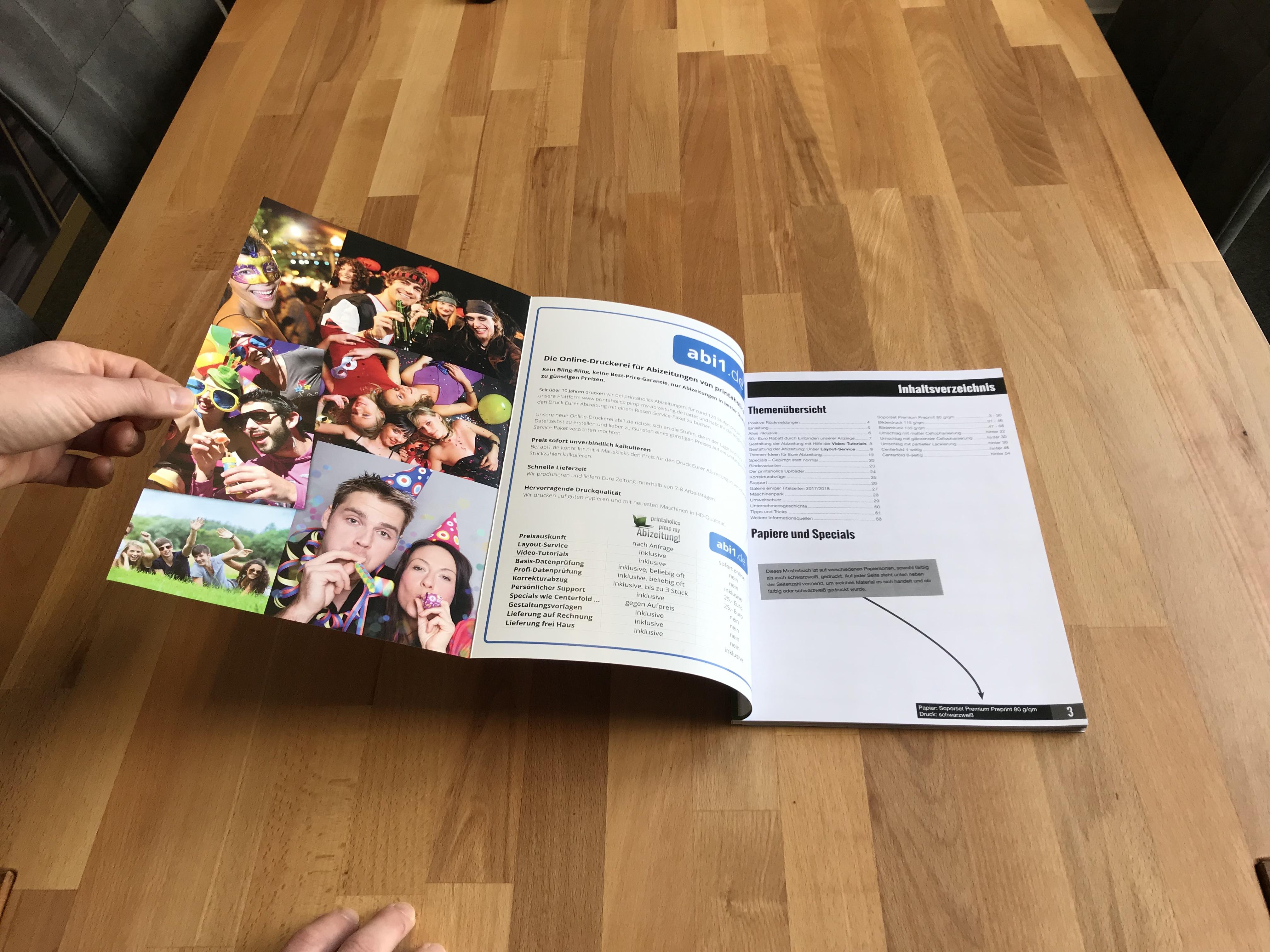 [Translate to Österreich:] Klappcover Umschlag vorne Abizeitung ganz aufgeklappt