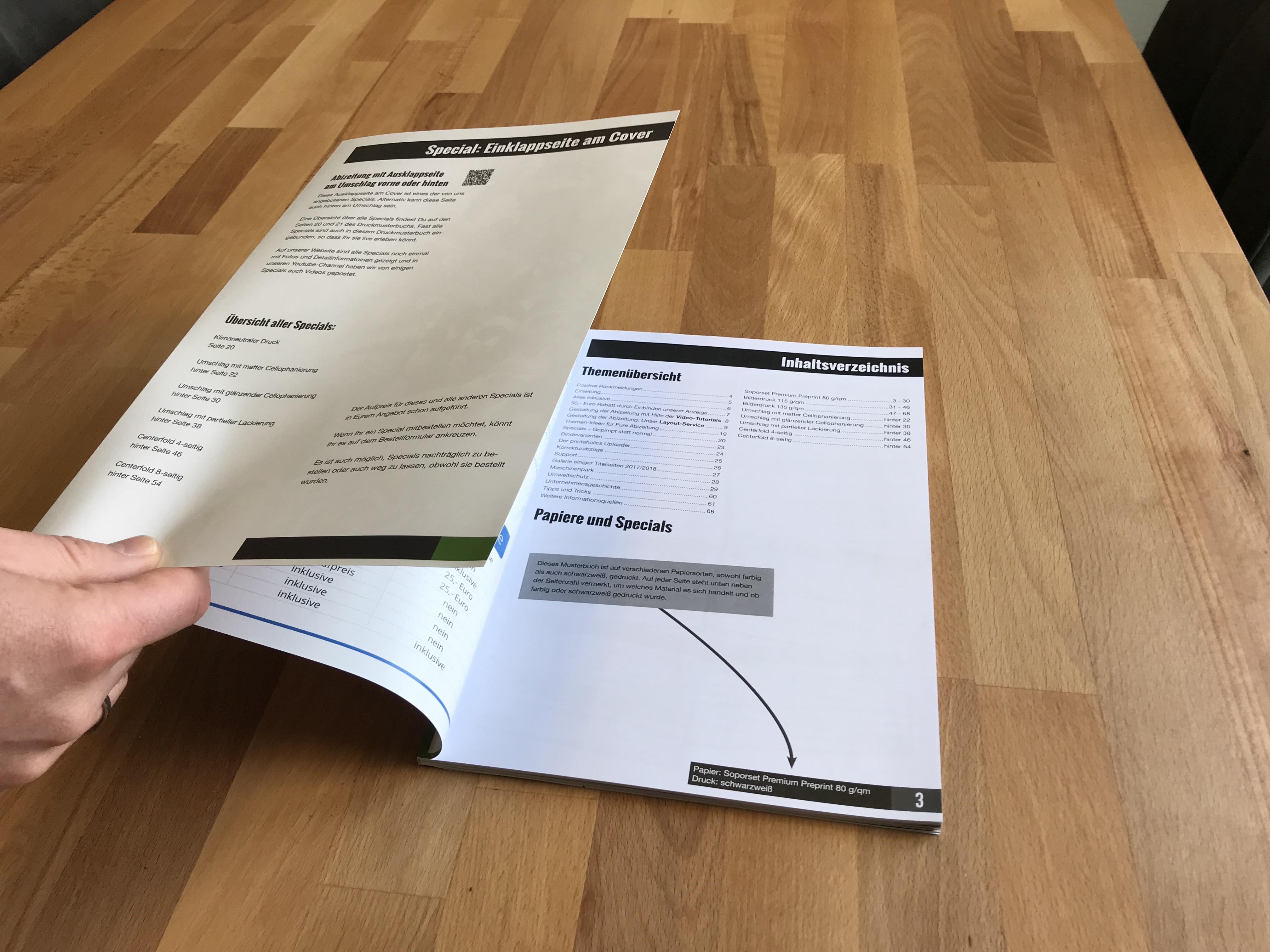 [Translate to Österreich:] Klappcover Umschlag vorne Abizeitung weiter aufgeklappt